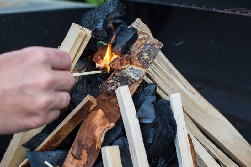 Download Съемка крупного плана открытого располагаясь лагерем огня для барбекю Стоковое Фото - изображение насчитывающей слепимость, ожог: 40587082