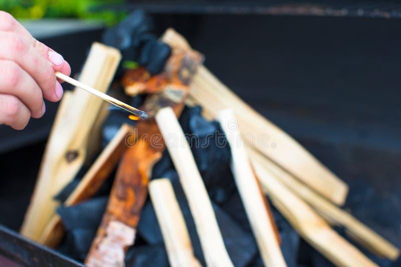 Download Съемка крупного плана открытого располагаясь лагерем огня для барбекю Стоковое Фото - изображение насчитывающей свет, пламенисто: 40587110