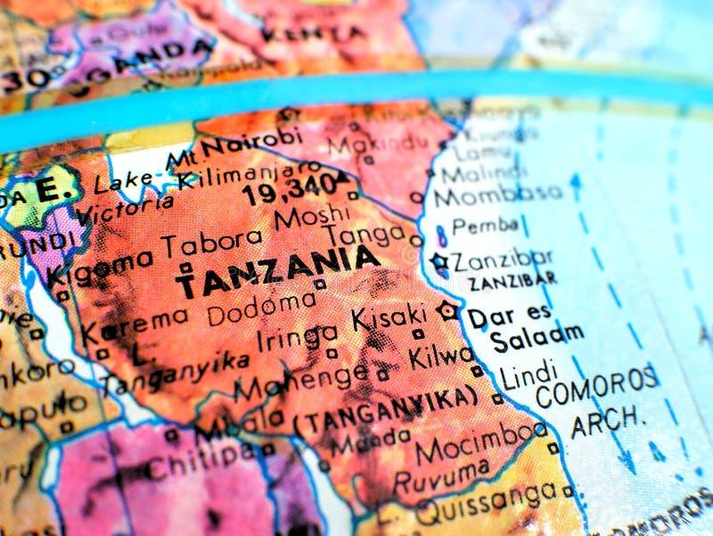 Съемка макроса фокуса Танзании Африки на карте глобуса для блогов перемещения, социальных средств массовой информации, знамен веб стоковые фотографии rf