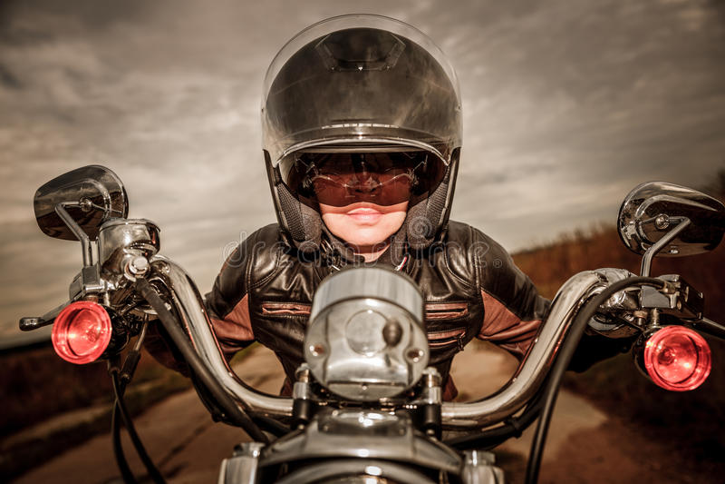 съемка мотоцикла утра девушки велосипедиста стоковые фотографии rf