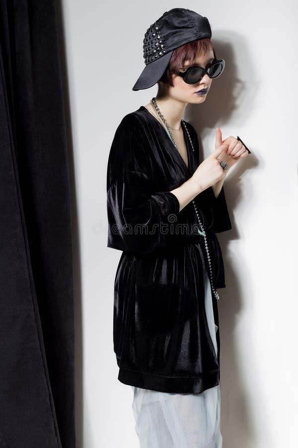 Съемка моды красивой маленькой девочки с дерзкими короткими волосами в стиле битника в черной куртке бархата в Kupka Chesney и s стоковые фото