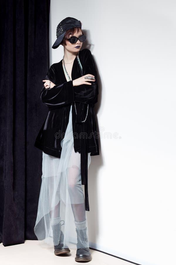 Съемка моды красивой маленькой девочки с дерзкими короткими волосами в стиле битника в черной куртке бархата в Kupka Chesney и s стоковая фотография