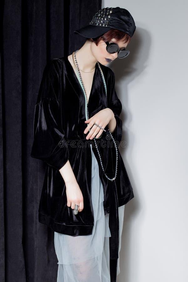 Съемка моды красивой маленькой девочки с дерзкими короткими волосами в стиле битника в черной куртке бархата в Kupka Chesney и s стоковое фото