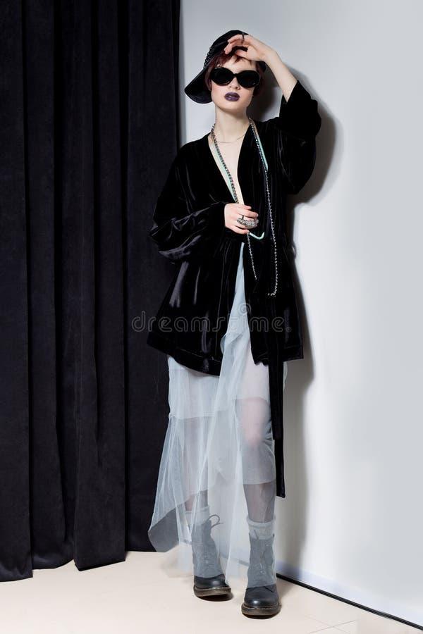 Съемка моды красивой маленькой девочки с дерзкими короткими волосами в стиле битника в черной куртке бархата в Kupka Chesney и s стоковые изображения rf