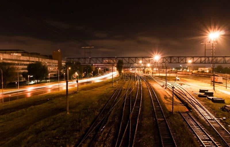 Съемка ночи на железной дороге стоковая фотография