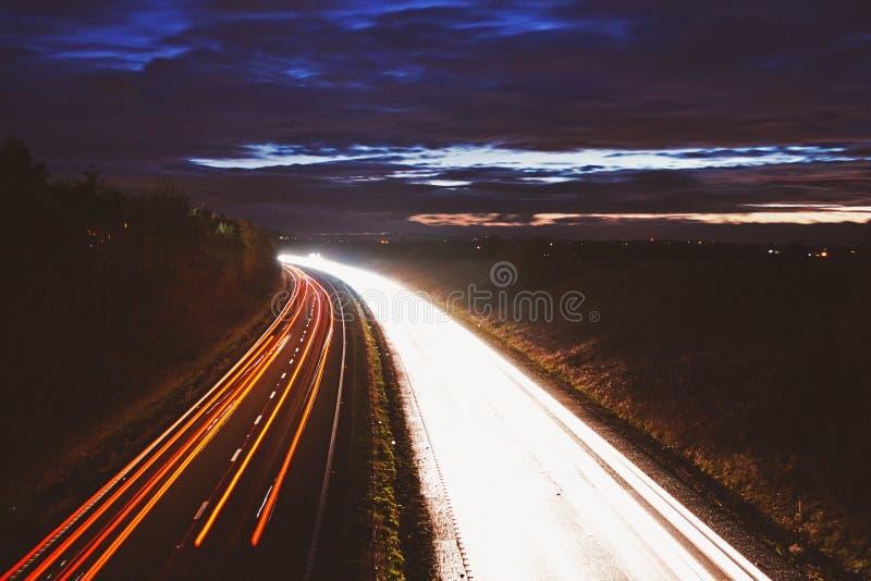 Съемка ночи следов света автомобиля шоссе стоковые фотографии rf