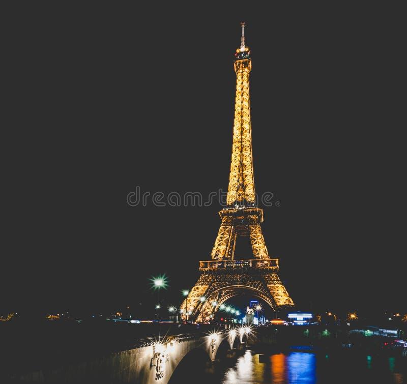 Съемка ночи Эйфелевой башни стоковая фотография rf