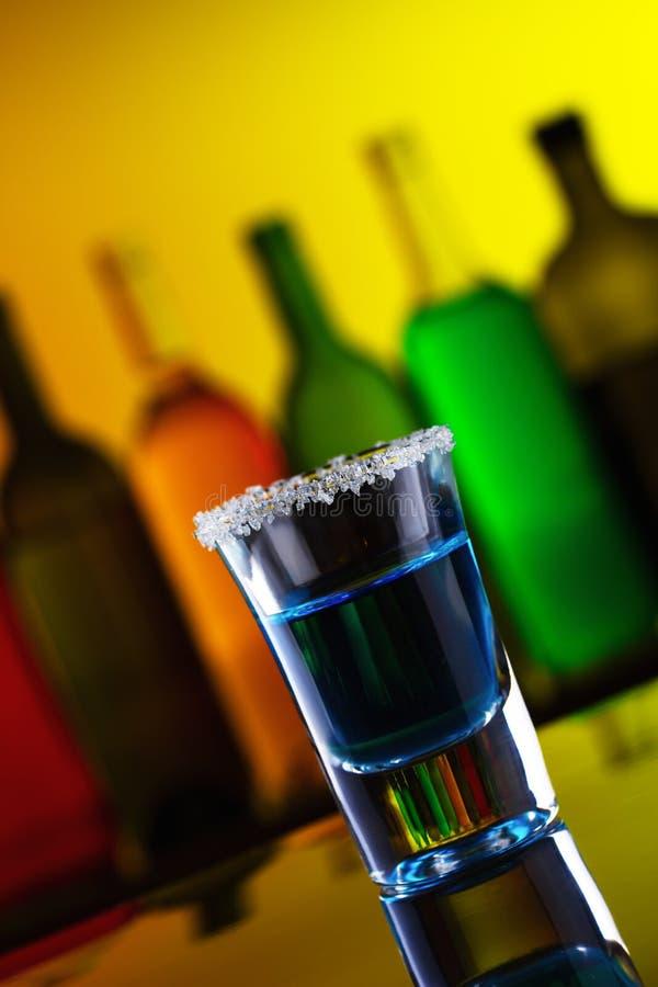 съемка питья спирта голубая стоковые изображения rf