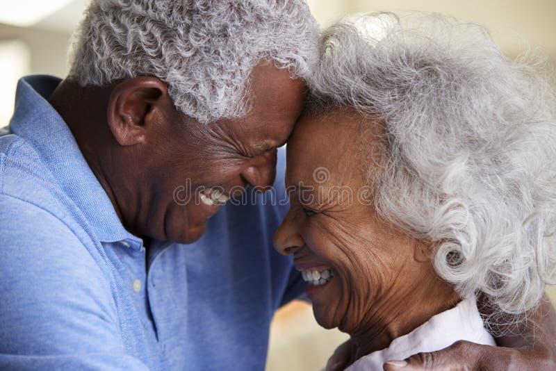 Съемка профиля любя старших пар на равных дома совместно стоковые фотографии rf