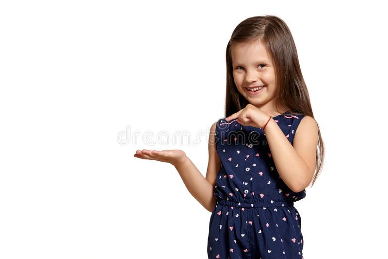 Съемка студии конца-вверх красивый представлять маленькой девочки брюнета изолированная на белой предпосылке студии стоковые изображения