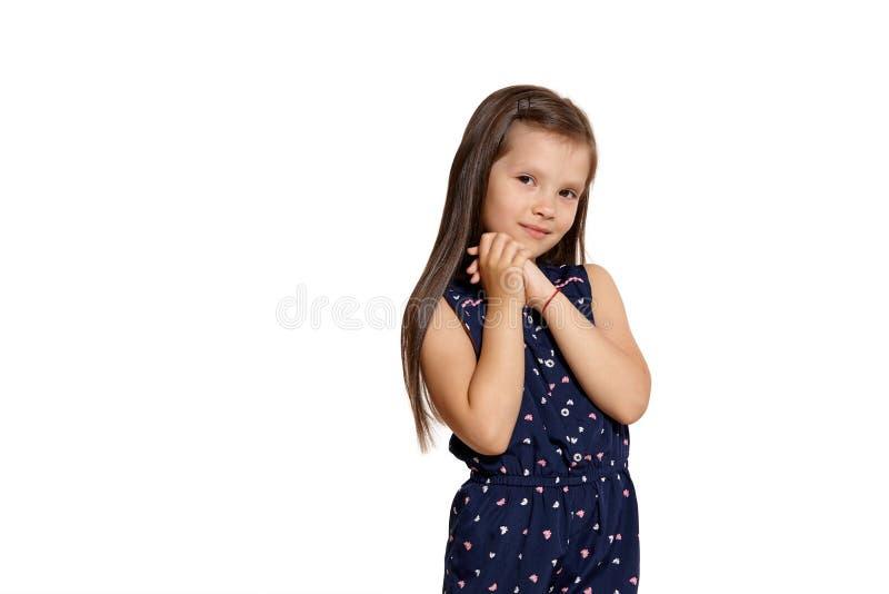 Съемка студии конца-вверх красивый представлять маленькой девочки брюнета изолированная на белой предпосылке студии стоковое фото