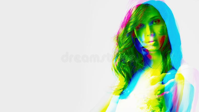Съемка студии портрета молодой женщины экспириментально красочная стоковые изображения