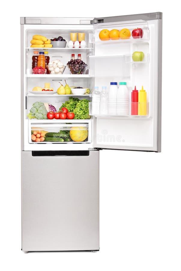 Съемка студии открытого холодильника вполне здоровых продуктов питания стоковое фото rf