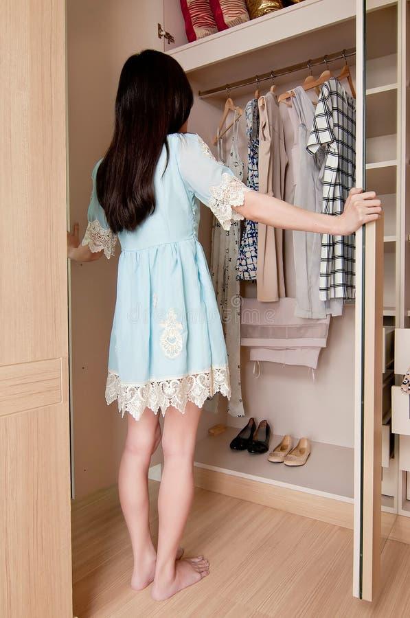 Съемка тела молодых азиатских дверей шкафа отверстия женщины полная стоковое изображение rf