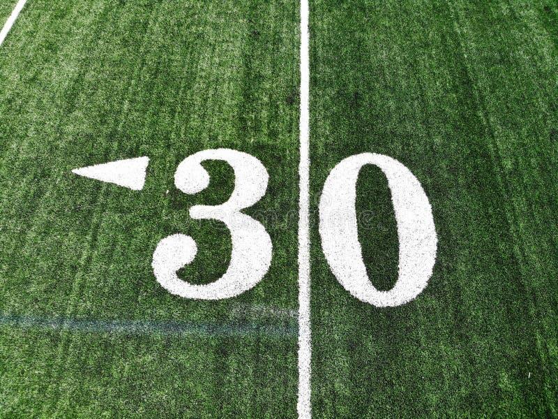 Съемка трутня 30 дворов Марк на американском футбольном поле стоковая фотография rf