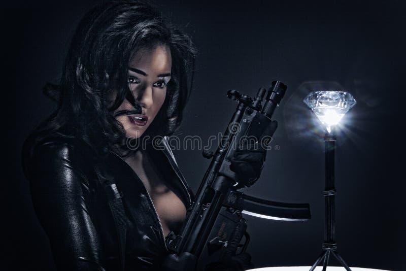 Съемки оружия - вооружённое ограбление диаманта стоковое фото