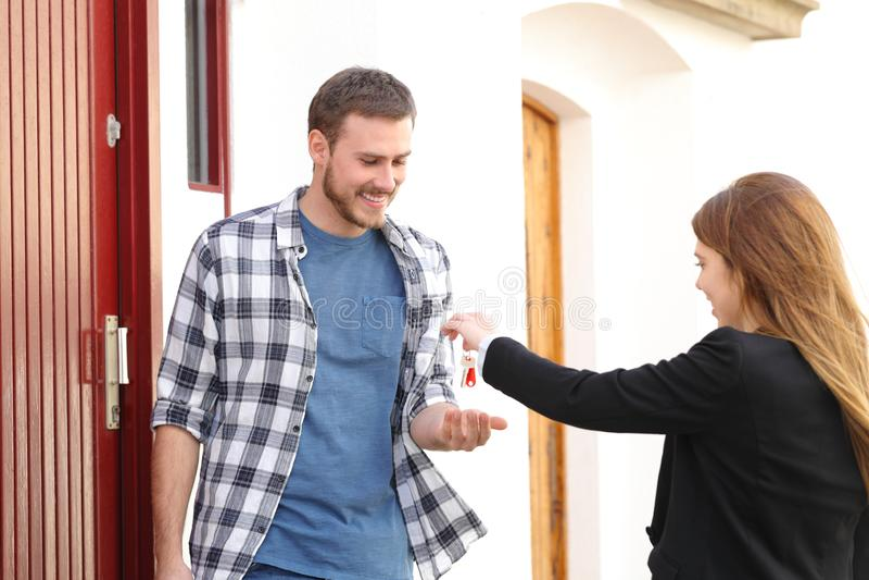 Съемщик получая ключи квартиры от агента недвижимости стоковое фото