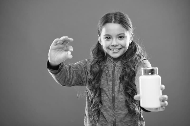 Съешьте здоровое питание Питательное тело помощи диеты здорово Таблетка владением волос девушки длинная и пластиковая бутылка Кон стоковое изображение rf