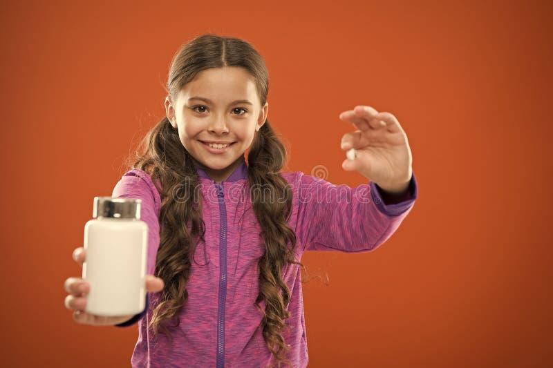 Съешьте здоровое питание Питательное тело помощи диеты здорово Таблетка владением волос девушки длинная и пластиковая бутылка Кон стоковые фотографии rf