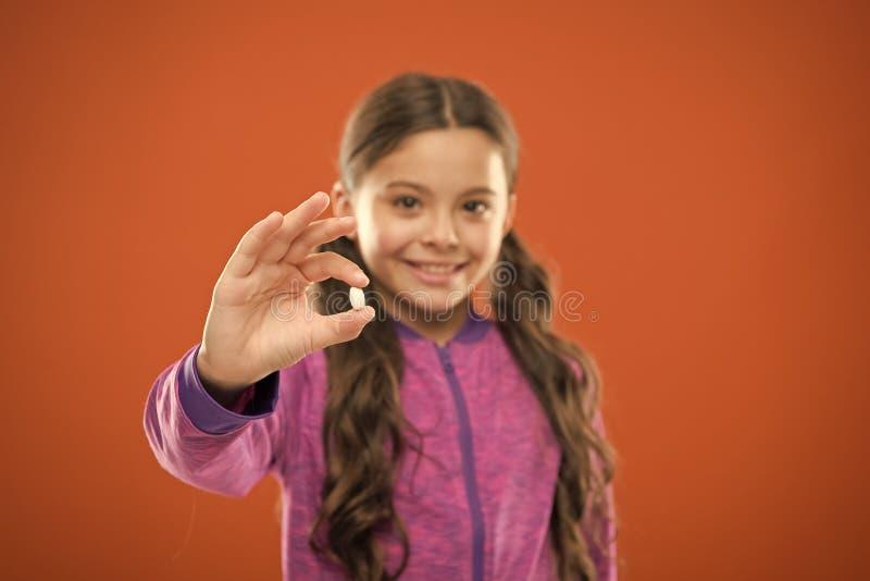 Съешьте здоровое питание Питательное тело помощи диеты изнутри Девушка с длинными пальцами таблетки владением волос Концепция вит стоковое фото