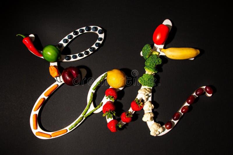 Съешьте знак сказанный по буквам со здоровыми фруктами и овощами стоковое фото rf