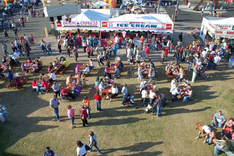 съешьте людей еды fairgrounds стоковые фотографии rf