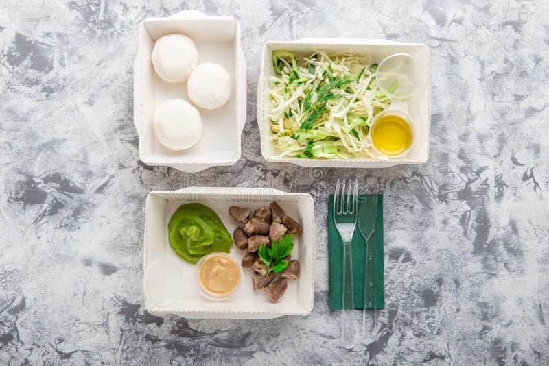 Съешьте правую концепцию, здоровую еду, взятие питания фитнеса прочь в бумажных коробках, взгляд сверху, положении квартиры стоковая фотография rf