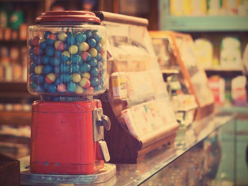 Сыграйте в азартные игры яичка в винтажной машине gumball на гастрономе стоковые изображения