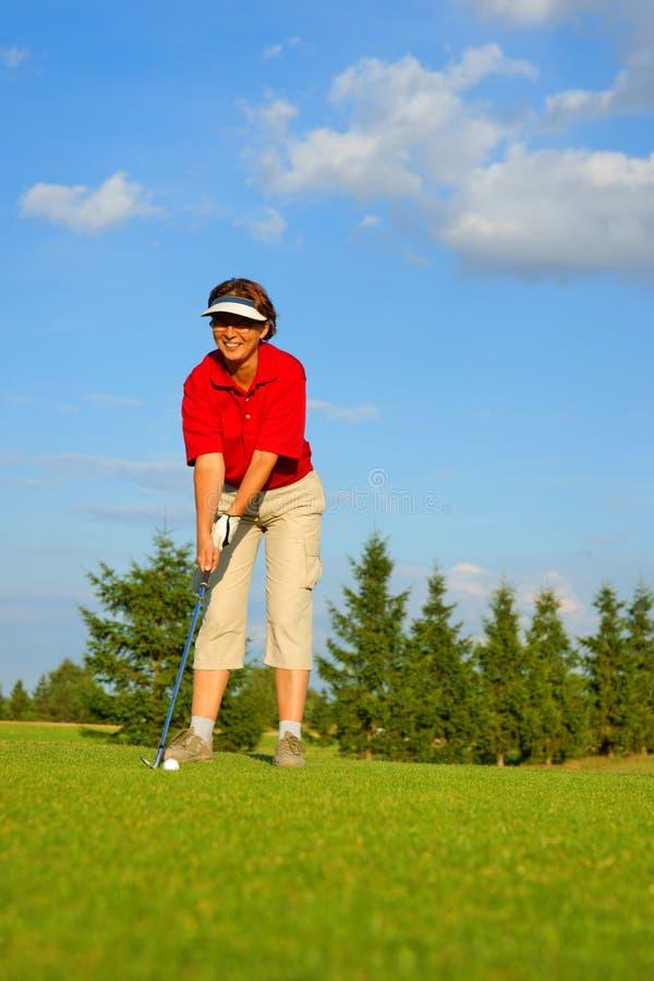Сыграйте в гольф, женщина игрок в гольф идет пробить шарик стоковые изображения