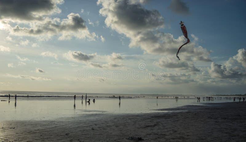 Сыграйте змея в пляже, Kuta-Бали, Индонезию стоковое изображение rf