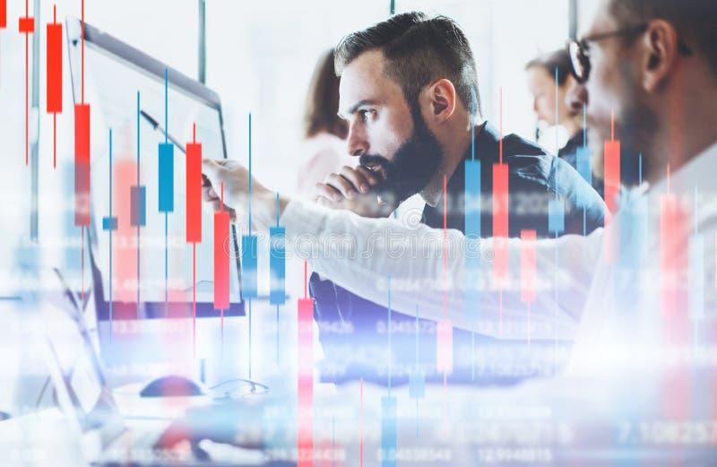 Сыгранность аналитиков запаса crypro Технические диаграмма и индикатор цены, красная и зеленая диаграмма и торговля акциями подсв стоковые фотографии rf