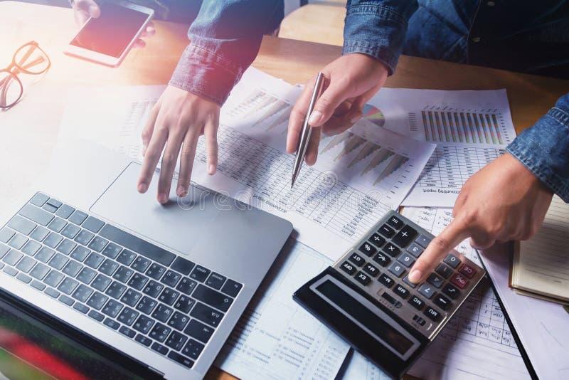сыгранность дела проверяя отчет о бухгалтерии в офисе с usin стоковое изображение rf