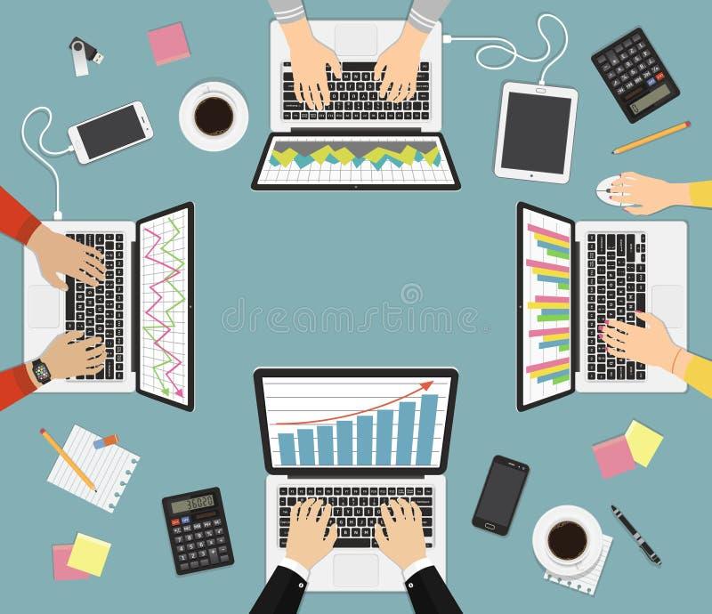 Сыгранность, коллективно обсуждать концепцию Analytics дела Группа в составе бизнесмен работая на компьтер-книжках, взгляд сверху бесплатная иллюстрация
