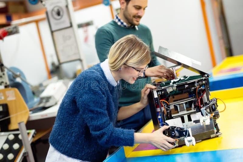 Сыгранность класса робототехники инженерства стоковые фото