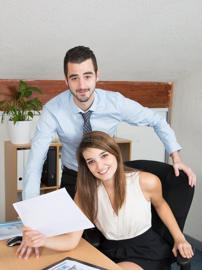 Сыгранность на работе бизнесмена и женщины офиса стоковое изображение rf