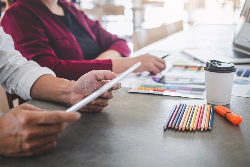 Сыгранность творческих дизайнеров работая на новом проекте и выбрать образцы образца цвета для расцветки выбора на цифровом графи стоковые фотографии rf