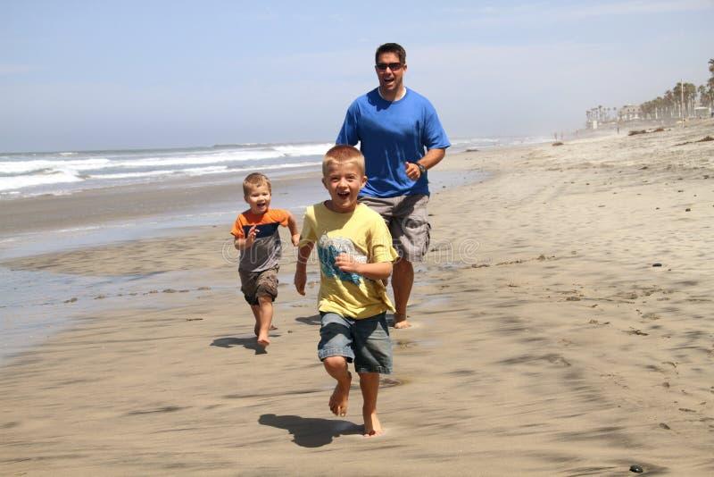 сынки отца пляжа счастливые стоковые фото