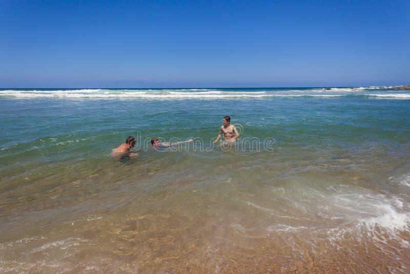 Сыновьья отца плавая пляж стоковое изображение rf