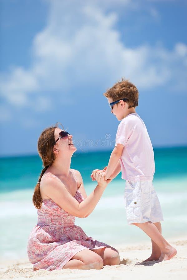 сынок мати пляжа стоковое изображение rf