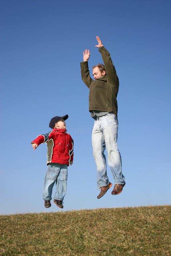 сынок отца скача стоковые фотографии rf