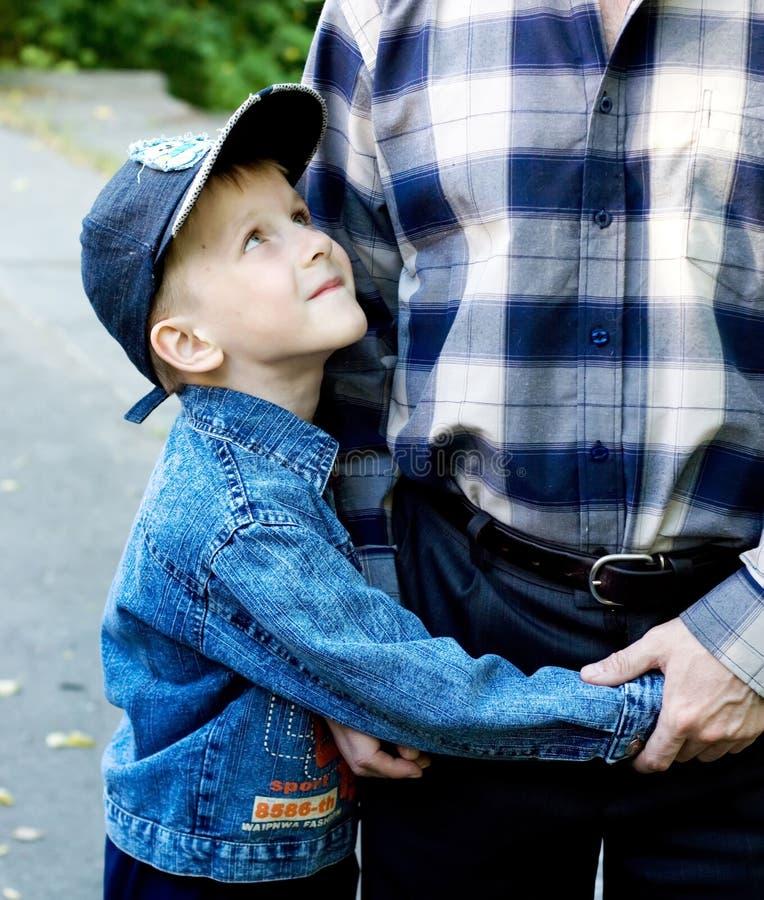 сынок отца embraces стоковое фото rf