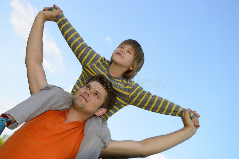 сынок плеч отца счастливый стоковые фото