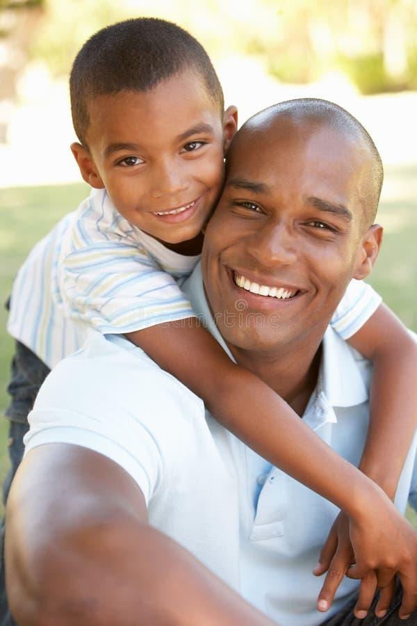 сынок портрета парка отца счастливый стоковое изображение rf