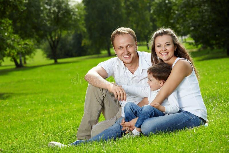 сынок радостных родителей малый стоковая фотография