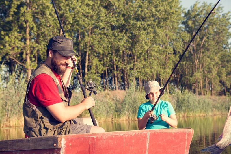 сынок рыболовства отца совместно стоковое фото