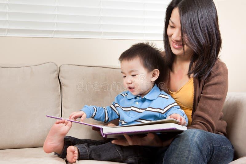 сынок чтения мати стоковая фотография