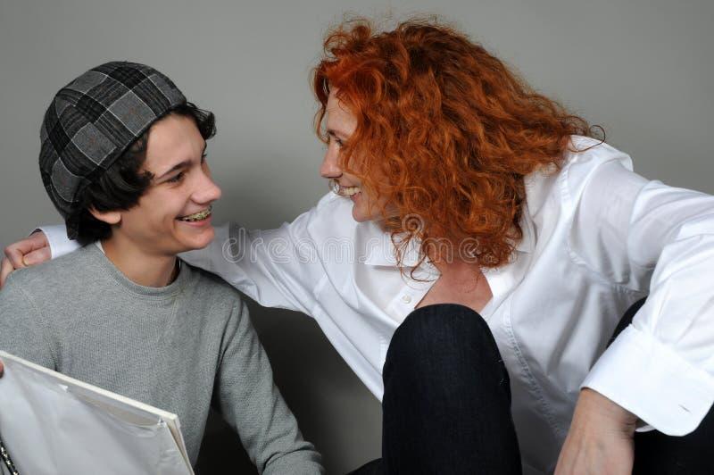 Сын матери и подростка стоковое изображение
