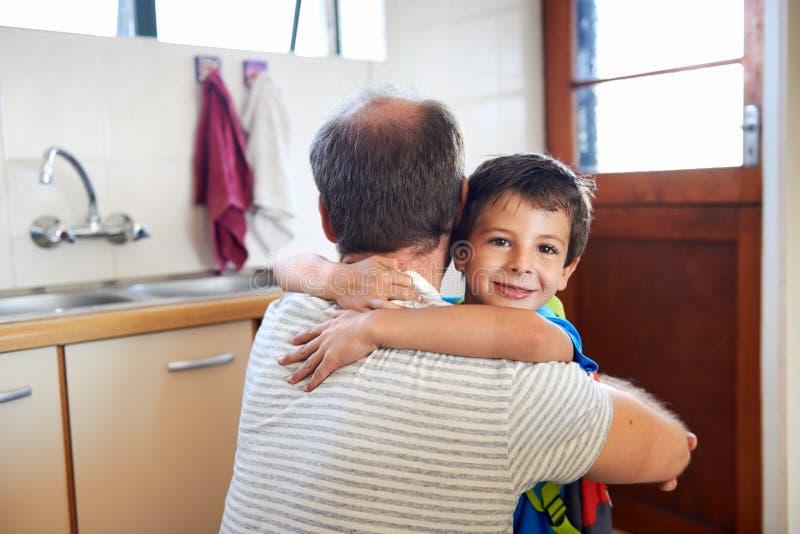 Сын обнимая папы стоковые фотографии rf