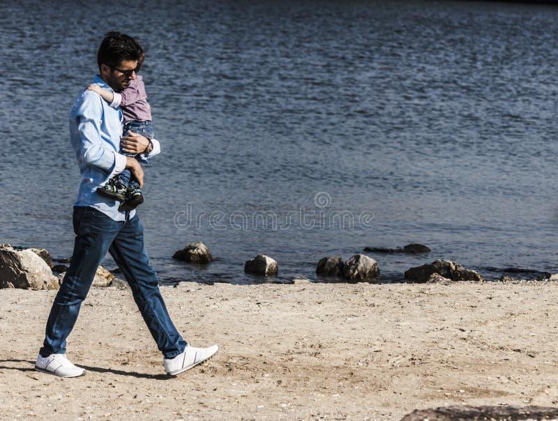 Сын отца и ребенка на взморье стоковые изображения rf