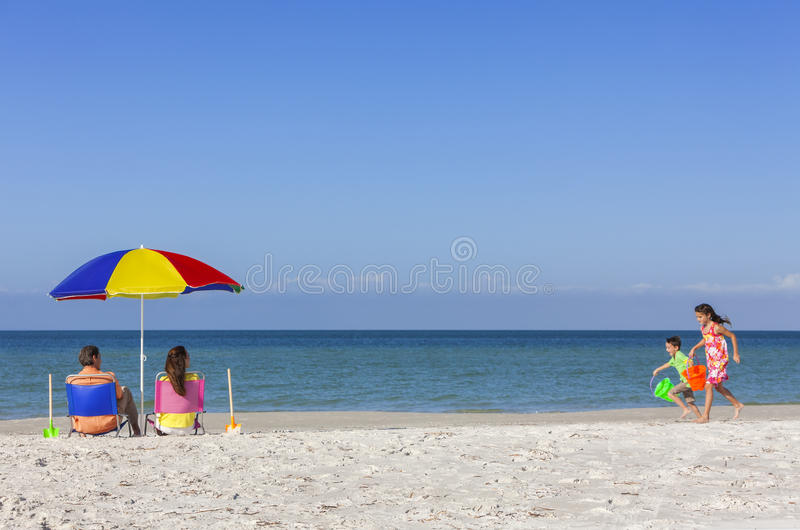 Сын дочери отца матери Parents семья детей на пляже стоковые изображения rf